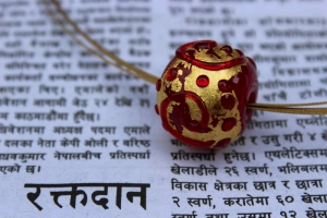 anhaenger_rot-gold_nepal